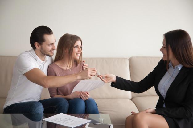 jovens recém casados comprando imóvel